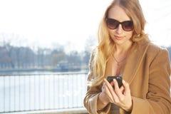 pięknego telefonu target965_0_ kobieta zdjęcia stock