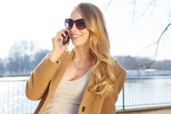 pięknego telefonu target965_0_ kobieta zdjęcia royalty free