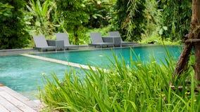 Pięknego tropikalnego plaża przodu hotelowy kurort z pływackim basenem Fotografia Royalty Free