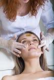 pięknego twarzowego masażu odbiorczy kobiety potomstwa obraz royalty free
