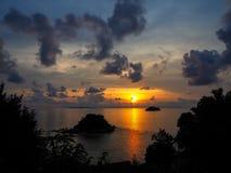 Pięknego wschodu słońca denny widok z małą wyspą i zmroku obłocznym thro Obrazy Stock