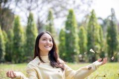 Pięknej Azjatyckiej kobiety Uśmiechnięta szczęśliwa dziewczyna i być ubranym ciepli odziewamy obrazy royalty free
