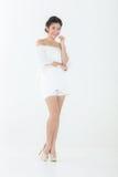 Pięknej azjatykciej kobiety perfect skóra cieszy się odosobnionego na w i relaksuje zdjęcia royalty free
