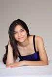 Pięknej biracial nastoletniej dziewczyny łgarski puszek, relaksuje Fotografia Royalty Free