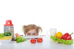 pięknej blondynki świezi przyglądający pomidory Zdjęcia Stock