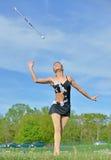 Pięknej blondynki żeński twirler lub majorette wykonujemy Obraz Stock