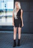 Pięknej blondynki elegancki model w pozować outdoors Zdjęcia Royalty Free