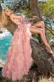 Pięknej blondynki kobiety seksowny foremny model w różowej sala balowej zadziwiającej karnawałowej sukni wieczorowej, poślubia kł fotografia stock