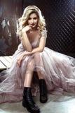 Pięknej blondynki panny młodej młoda kobieta w kolor ślubnej sukni Zamyka w górę portreta zdjęcia royalty free