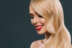 pięknej blondynki uśmiechnięta kobieta z makeup, fotografia stock