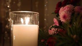 Pięknej boże narodzenie zimy ceremonii ślubny zaręczynowy wystrój z świeczkami, brzoz belami, żarówek girlandami i jedlinowym drz zbiory
