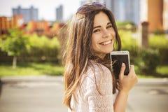 Pięknej brunetki caucasian młoda kobieta laughting pokazywać perfe Obrazy Stock