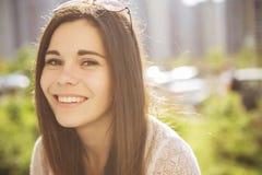 Pięknej brunetki caucasian młoda kobieta laughting pokazywać perfe Fotografia Stock