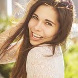 Pięknej brunetki caucasian młoda kobieta laughting pokazywać perfe Zdjęcie Royalty Free