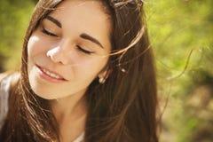 Pięknej brunetki caucasian młoda kobieta laughting pokazywać perfe Fotografia Royalty Free