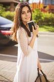 Pięknej brunetki caucasian młoda kobieta stoi blisko czarnego samochodu Obraz Royalty Free