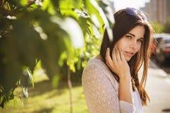 Pięknej brunetki caucasian młoda kobieta stoi sensually blisko Fotografia Royalty Free