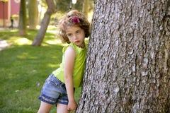 pięknej brunetki dziewczyny mały drzewny bagażnik Zdjęcia Royalty Free