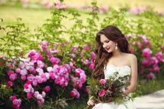 Pięknej brunetki panny młodej plenerowy portret Kobieta z poślubiać bo Obraz Stock