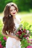 Pięknej brunetki panny młodej plenerowy portret Kobieta z poślubiać bo Fotografia Stock