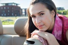 pięknej brunetki plenerowa mknąca kobieta obraz stock