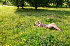 pięknej brunetki trawy łgarscy potomstwa Zdjęcia Royalty Free