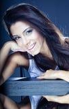 pięknej brunetki uśmiechnięci potomstwa Zdjęcie Royalty Free