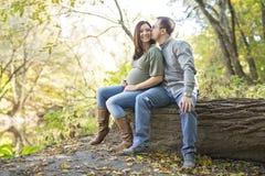 Pięknej ciężarnej pary relaksujący outside w parku Obraz Royalty Free