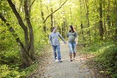 Pięknej ciężarnej pary relaksujący outside w parku Obrazy Royalty Free