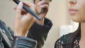 pięknej ciemnej brwi mody świeże splendoru glosy fryzury highlighter wargi robią wzorcowemu portretowi makeup w górę falistej kob zdjęcie wideo