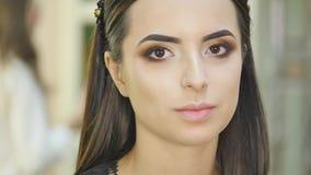 pięknej ciemnej brwi mody świeże splendoru glosy fryzury highlighter wargi robią wzorcowemu portretowi makeup w górę falistej kob zbiory
