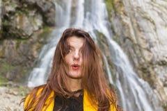 Pięknej długie włosy kobiety emocjonalny portret Zdjęcia Stock