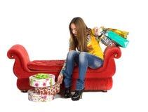 pięknej dziewczyny łgarska pakuneczków czerwieni kanapa Obraz Stock