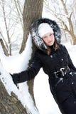pięknej dziewczyny pobliski śnieżny drzewo obrazy royalty free