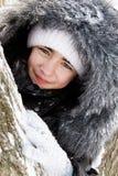 pięknej dziewczyny pobliski śnieżny drzewo obraz stock
