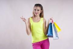 Pięknej dziewczyny przyglądający okulary przeciwsłoneczni, wiosna zakupu torba na zakupy, lato radosny obrazy royalty free