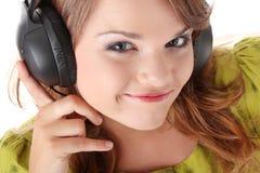 pięknej dziewczyny słuchający muzyczny nastoletni Obrazy Royalty Free