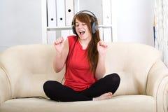pięknej dziewczyny słuchający muzyczny nastoletni zdjęcia royalty free