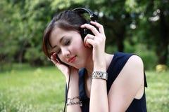 pięknej dziewczyny słuchający muzyki park fotografia royalty free