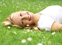 pięknej dziewczyny trawy łgarscy potomstwa Obrazy Stock