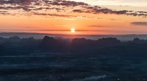 pięknej ilustracyjnej łąkowej natury pozytywnej wiosna pogodny wschód słońca Zdjęcia Royalty Free