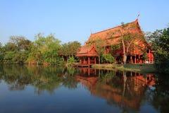 Pięknej jezioro strony Buddyjska świątynia Fotografia Stock