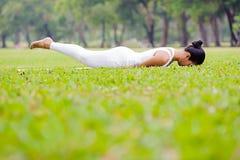 Pięknej kobiety ćwiczy joga w parku zdjęcia stock