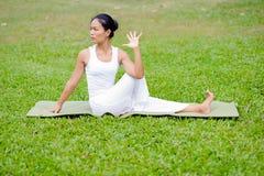 Pięknej kobiety ćwiczy joga w parku obraz royalty free