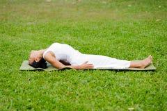 Pięknej kobiety ćwiczy joga w parku zdjęcie stock