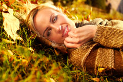 Pięknej kobiety łgarski puszek na jesień liściach zdjęcia royalty free