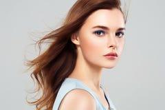 Pięknej kobiety brunetki piękna skóry Zdrowy uśmiech Zdrój Beautifu Fotografia Stock