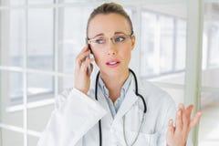 Pięknej kobiety doktorski używa telefon komórkowy zdjęcia stock