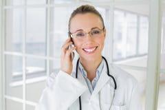 Pięknej kobiety doktorski używa telefon komórkowy obraz stock