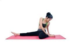 Pięknej kobiety joga salowa ćwiczy używa różowa mata Obraz Stock